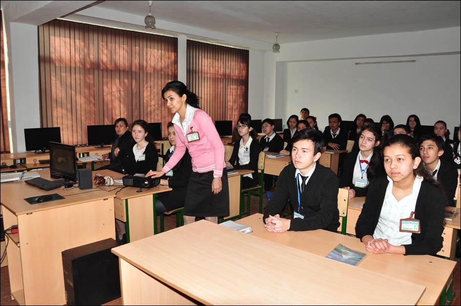 Учительница биологии Олимова Наргиз настраивает проектор