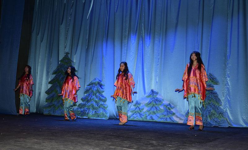 Девушки танцевали под песню группы Сурхан
