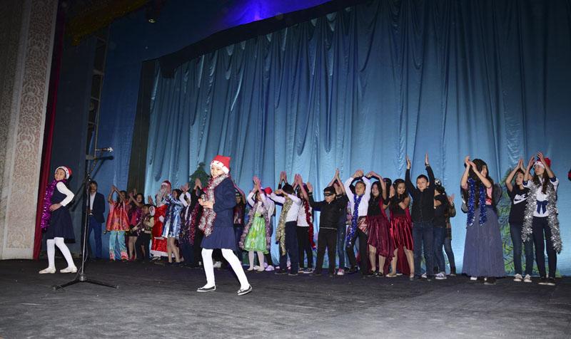 Закончилось мероприятие финальной песней «Новый год»